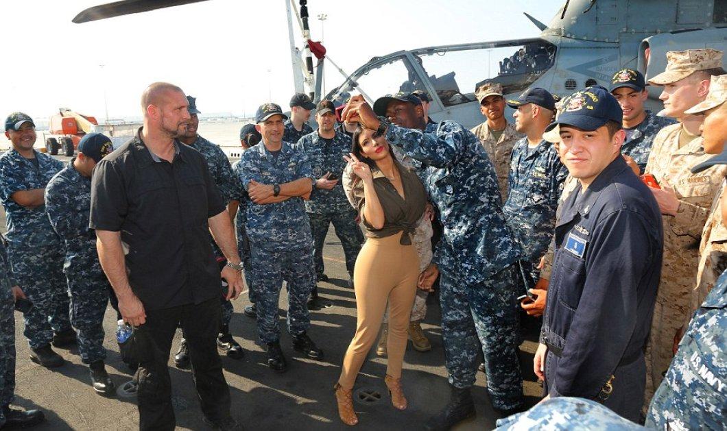 Η Κιμ στο Ναυτικό - Φιλιά και φωτό σ' όλους τους ναύτες χάρισε η χυμώδης τηλεπερσόνα, επιδεικνύοντας τα... πατριωτικά της αισθήματα! (φωτό) - Κυρίως Φωτογραφία - Gallery - Video