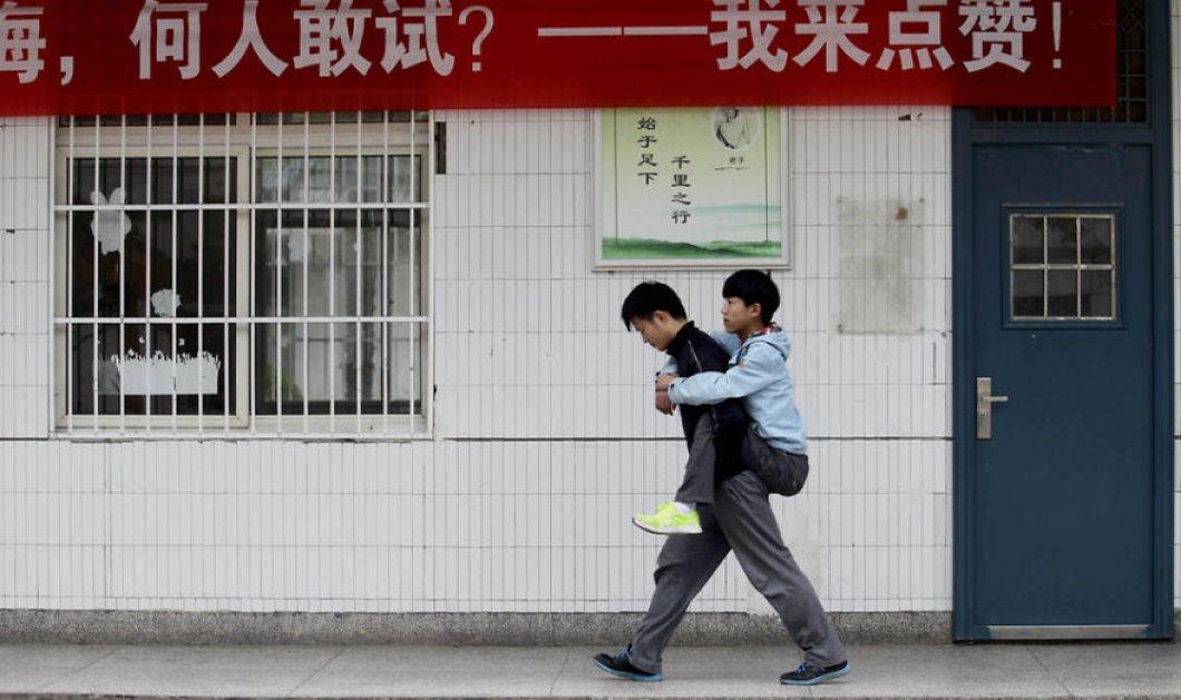 Συγκινητικό story: Έφηβος στην Κίνα κουβαλούσε τον ανάπηρο φίλο & συμμαθητή του στις πλάτες για τρία χρόνια - Κυρίως Φωτογραφία - Gallery - Video