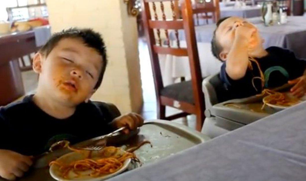Ώρα για πολύ γέλιο: Κουκλάκια διδυμάκια τα παίρνει ο ύπνος την ώρα που τρώνε μακαρόνια ή Κορεατάκι κοιμάται όρθιο στον παιδικό! (βίντεο) - Κυρίως Φωτογραφία - Gallery - Video