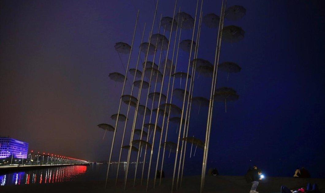 Από τη Θεσσαλονίκη η μοναδική φωτογραφία του κορυφαίου Γιάννη Μπεχράκη με τις βραδινές ομπρέλες του Ζογγολόπουλου - Κυρίως Φωτογραφία - Gallery - Video