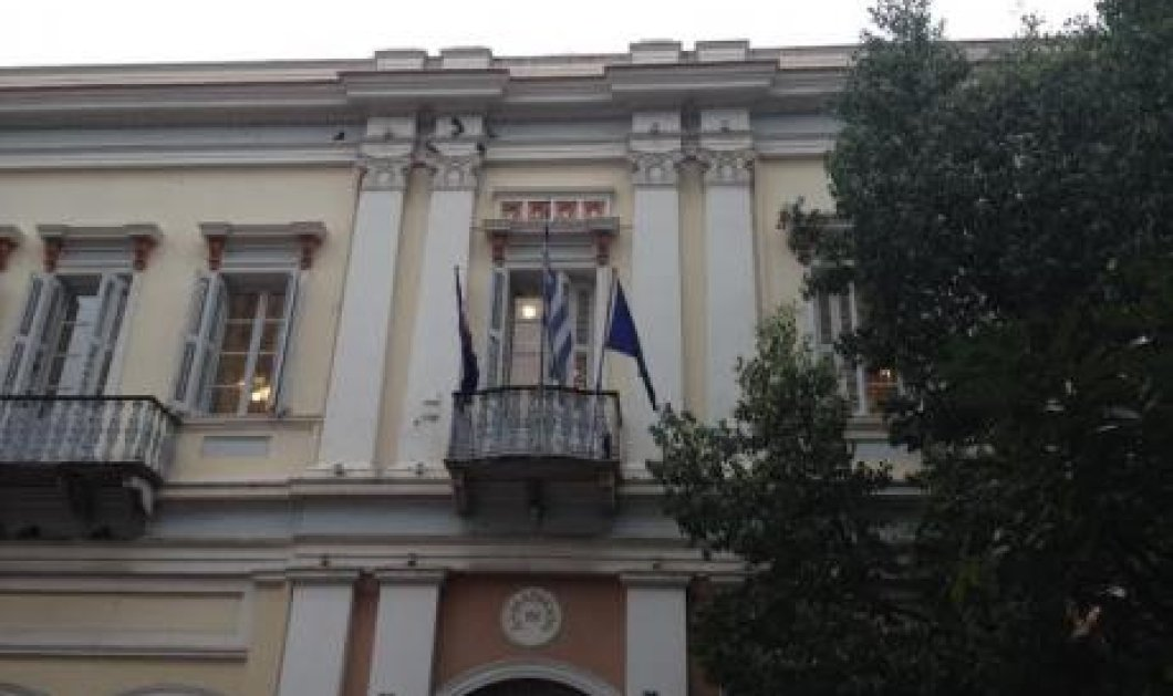 Ποιος δήμαρχος κατέβασε σήμερα τη σημαία της Ευρωπαϊκής Ένωσης; - Κυρίως Φωτογραφία - Gallery - Video
