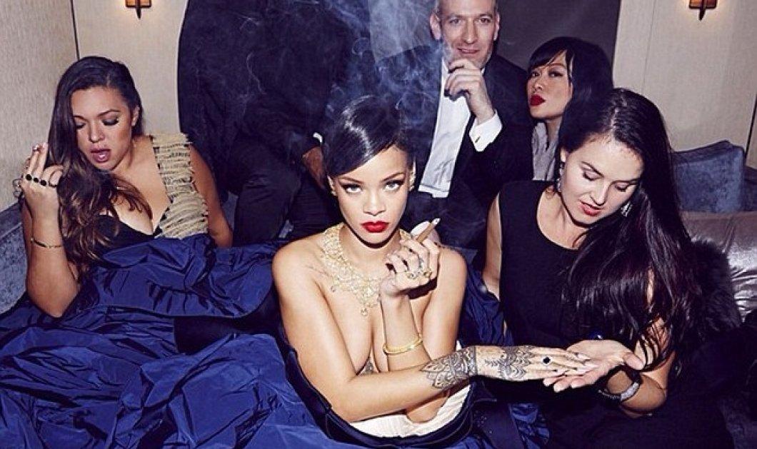 Ξαφνικά η Rihanna έβγαλε τη μεγαλοπρεπή μπλε τουαλέτα της και φωτογραφήθηκε με το πούρο ανά χείρας! (φωτό) - Κυρίως Φωτογραφία - Gallery - Video