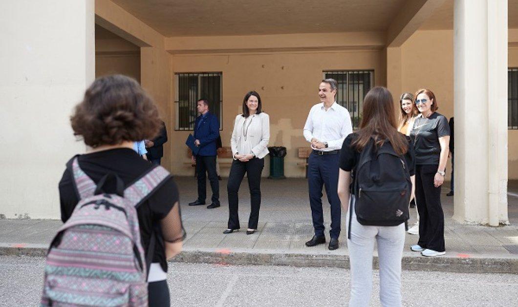Ο Κυριάκος Μητσοτάκης & η Νίκη Κεραμέως επισκέφθηκαν Γυμνάσιο στο Παγκράτι - «Περάσατε με άριστα τις εξετάσεις υπευθυνότητας» (φωτό - βίντεο)  - Κυρίως Φωτογραφία - Gallery - Video