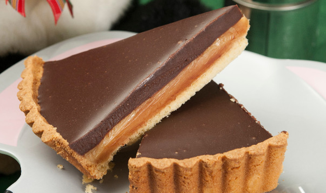 O κορυφαίος ζαχαροπλάστης Στέλιος Παρλιάρος μας ετοιμάζει «τσακ μπαμ» τη νοστιμότερη τάρτα με ζαχαρούχο γάλα και σοκολάτα! - Κυρίως Φωτογραφία - Gallery - Video