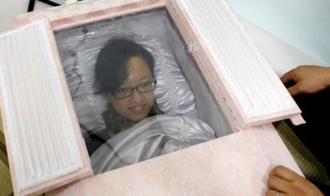 Ανατριχιαστική τρέλα: Δείτε του Γιαπωνέζους να κάνουν πρόβα θανάτου μπαίνοντας στα φέρετρα! (φωτό)  - Κυρίως Φωτογραφία - Gallery - Video