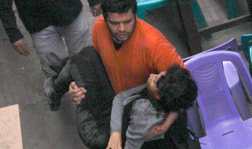 Καρέ - καρέ η τραγική στιγμή όπου διαδηλώτρια πέφτει νεκρή από πυρά αστυνομικού, στην αγκαλιά περαστικού στην πλατεία του Καΐρου! (Βίντεο) - Κυρίως Φωτογραφία - Gallery - Video