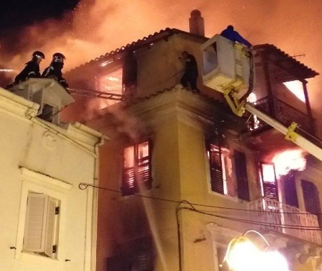 Κέρκυρα: Πυρκαγιά έκαψε παλιό αρχοντικό - Η ηρωική προσπάθεια της μάνας να σώσει το κοριτσάκι της (φώτο-βίντεο) - Κυρίως Φωτογραφία - Gallery - Video