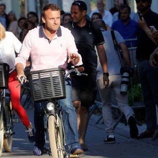 Ο Γάλλος πρόεδρος & η σύζυγός του Μπριζίτ, πάνω στα ποδήλατά τους μια μέρα πριν τις εκλογές- Picture: Philippe Wojazer / Reuters - Κυρίως Φωτογραφία - Gallery - Video