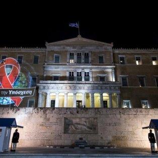 Με την κόκκινη κορδέλα που συμβολίζει τον αγώνα κατά του AIDS φωτίστηκε η Βουλή -ΦΩΤΟΓΡΑΦΙΑ: Aggelos Barai/ LIFO  - Κυρίως Φωτογραφία - Gallery - Video