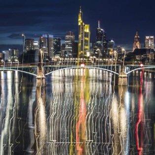 Φρανκφούρτη: Τα κτίρια και τα φώτα της πόλης αντανακλούν στο ποτάμι - Φωτογραφία:  Rumpenhorst/dpa via AP - Κυρίως Φωτογραφία - Gallery - Video