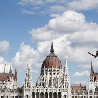 Βουτιά με φόντο την Ουγγρική Βουλή: Ο Murillo Galves Maques της Βραζιλίας να διαγωνίζεται στις καταδύσεις στο Παγκόσμιο Πρωτάθλημα - Φωτογραφία: REUTERS/Bernadett Szabo - Κυρίως Φωτογραφία - Gallery - Video