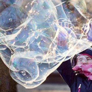 Κοριτσάκι στο Βερολίνο απολαμβάνει το παιχνίδι με τις φούσκες μπρος στην πύλη του Βρανδεμβούργου - Φωτογραφία: EPA / HAYOUNG JEON - Κυρίως Φωτογραφία - Gallery - Video