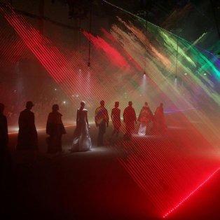 Μοναδικά χρώματα στην παρουσίαση της νέας κολεξιόν του οίκου Burberry στην Εβδομάδα Μόδας του Λονδίνου - Φωτογραφία: REUTERS / PAUL HACKETT - Κυρίως Φωτογραφία - Gallery - Video