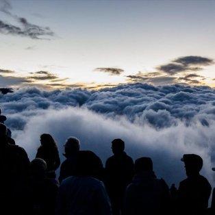 Πλήθος κόσμου απολαμβάνει τη θέα της ανατολής του ηλίου στο βουνό Eggishorn της Ελβετίας - Φωτογραφία: EPA / DOMINIC STEINMANN - Κυρίως Φωτογραφία - Gallery - Video