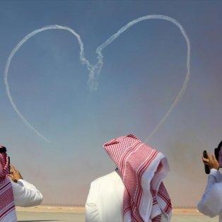 Εντυπωσιακές επιδείξεις αεροσκαφών κατά τη διάρκεια του Dubai Airshow, στο Ντουμπάι - Φωτογραφία: REUTERS / SATISH KUMAR - Κυρίως Φωτογραφία - Gallery - Video