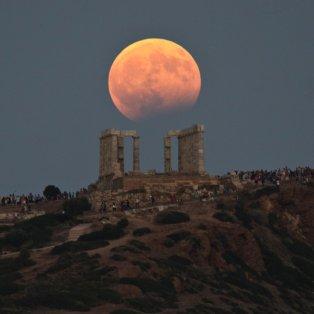 Η αυγουστιάτικη πανσέληνος και η μερική έκλειψη στο ναό του Ποσειδώνα -Φωτογραφία: AP Photo/Petros Giannakouris - Κυρίως Φωτογραφία - Gallery - Video