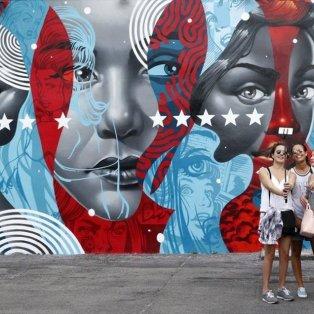 Το επιβλητικό γκράφιτι του Αμερικανού καλλιτέχνη Tristan Eaton σε κτίριο στην περιοχή Wynwood... προκαλεί για selfies - Φωτογραφία: EPA / RHONA WISE - Κυρίως Φωτογραφία - Gallery - Video