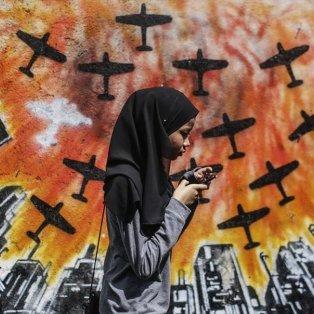Κορίτσι περπατάει σε δρόμο της Σαχ Αλάμ και το πάθος για ζωή διατηρεί πάντα την ελπίδα ζωντανή - Φωτογραφία: EPA / FAZRY ISMAIL - Κυρίως Φωτογραφία - Gallery - Video