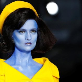 Εντυπωσιακό κλικ από το fashion show του Moschino στην Εβδομάδα Μόδας στο Μιλάνο - Φωτογραφία: REUTERS / ALESSANDRO GAROFALO - Κυρίως Φωτογραφία - Gallery - Video