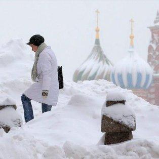 Μοναδικό λευκό σκηνικό στη Μόσχα με φόντο τον Καθεδρικό Ναό του Αγίου Βασιλείου στην Κόκκινη Πλατεία - Φωτογραφία: EPA / MAXIM SHIPENKOV - Κυρίως Φωτογραφία - Gallery - Video