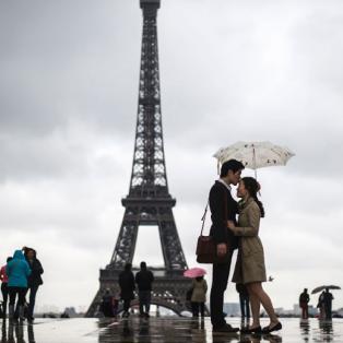 Ρομαντικό στιγμιότυπο στο βροχερό Παρίσι - Φωτογραφία: FRED DUFOUR/AFP/AFP/Getty Images - Κυρίως Φωτογραφία - Gallery - Video