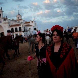 Χιλιάδες πιστοί κάθε χρόνο συγκεντρώνονται στο ναό Ελ Ρόκιο, στη νότια Ισπανία για να προσκυνήσουν την Παναγία Picture: JON NAZCA/ REUTERS  - Κυρίως Φωτογραφία - Gallery - Video