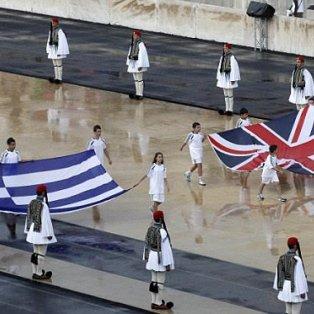 Οι βρετανικές και ελληνικές σημαίες μεταφέρονται στο Παναθηναϊκό στάδιο στη τελετή παράδοσης της Ολυμπιακής Φλόγας στο Λονδίνο το 2012 - Picture: Reuters - Κυρίως Φωτογραφία - Gallery - Video