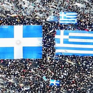 Η φωτογραφία για βραβείο με τις δυο ελληνικές σημαίες στην καρδιά της διαδήλωσης - Φωτογραφία: Instagram / Μαρίνα Βερνίκου - Κυρίως Φωτογραφία - Gallery - Video