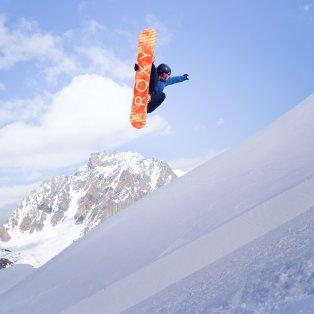 Σκιέρ - αστέρι απολαμβάνει την κούρσα του με φόντο τα παγωμένα βουνά της Ουαλίας - Φωτογραφία: EPA / GABRIELE PUTZU - Κυρίως Φωτογραφία - Gallery - Video