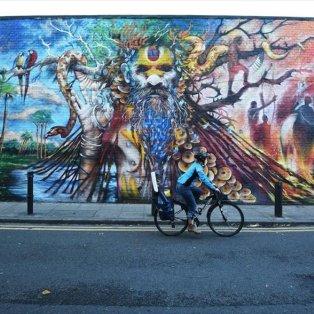 Η κοπέλα κάνει ποδήλατο στους δρόμους του Λονδίνου - Φωτογραφία: EPA / FACUNDO ARRIZABALAGA - Κυρίως Φωτογραφία - Gallery - Video