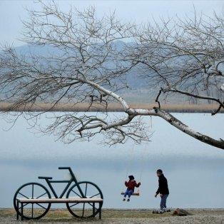 Πάντα η αθωότητα κερδίζει κάθε εμπόδιο - Πατέρας & γιος παίζουν στις όχθες της λίμνης Lisi στην Τυφλίδα - Φωτογραφία: REUTERS / DAVID MDZINARISHVILI - Κυρίως Φωτογραφία - Gallery - Video