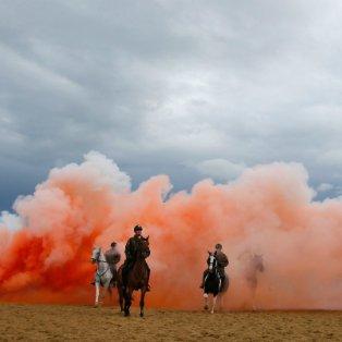 Μέσα από την σκόνη και τους καπνούς, η ελπίδα πάντα συνεχίζει το ταξίδι της - Φωτογραφία: ΑP Photo/Peter Dejong - Κυρίως Φωτογραφία - Gallery - Video