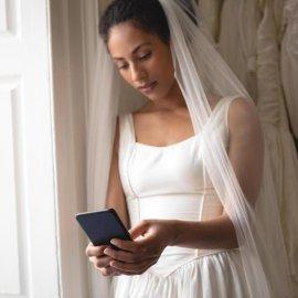 Η νύφη ξεφτίλισε τον γαμπρό την ώρα του γάμου: Άρχισε να διαβάζει τα μηνύματα προς την ερωμένη του μπροστά σε όλους τους καλεσμένους! (Φωτό) - Κυρίως Φωτογραφία - Gallery - Video