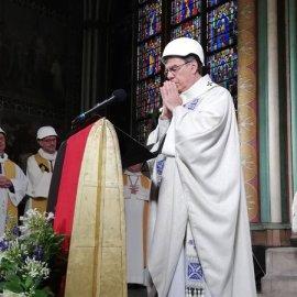 Παναγία των Παρισίων: Συγκίνηση στην πρώτη λειτουργία μετά τη φωτιά - Με κράνη οι ιερείς (φώτο-βίντεο) - Κυρίως Φωτογραφία - Gallery - Video