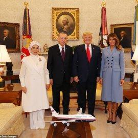 """Συνάντηση Τραμπ- Ερντογάν: Φιλοφρονήσεις & """"μπηχτές"""" - Στα λευκά η Εμινέ - Με σιέλ παλτό 2.295 δολαρίων η Μελάνια (φώτο-βίντεο) - Κυρίως Φωτογραφία - Gallery - Video"""