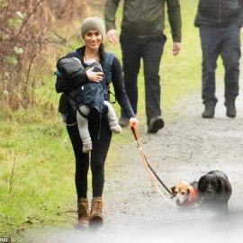 Έκτακτο: Ο πρίγκιπας Χάρι έφτασε στο Βανκούβερ! Η Μέγκαν έβγαλε βόλτα τα σκυλιά με τον Άρτσι σε μάρσιπο - Κυρίως Φωτογραφία - Gallery - Video