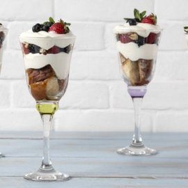 Άκης Πετρετζίκης - Βίντεο: Απίθανο γλυκό σε ποτήρι για κέρασμα - Trifle με μούρα - Κυρίως Φωτογραφία - Gallery - Video