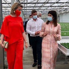 Η βασίλισσα του Βελγίου Ματθίλδη με πορτοκαλί μάσκα ασορτί & ίδιο ύφασμα με το σύνολο της - Λαδί mules με τακούνι ψηλό λεπτό! (Φωτό) - Κυρίως Φωτογραφία - Gallery - Video