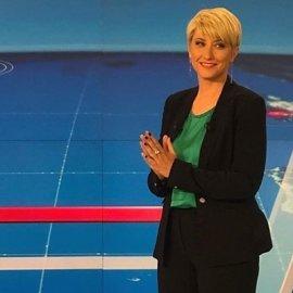 Η Σία Κοσιώνη αυτοτρολάρεται: Το ίδιο κίτρινο κοστούμι 1 χρόνο πριν αλλά τα μαλλιά... (φωτό) - Κυρίως Φωτογραφία - Gallery - Video