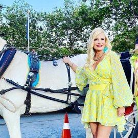 Μαρίνα Πατούλη: Με άμαξα & άσπρο άλογο έφτασε στην Ανθοκομική Έκθεση Κηφισιάς - Εντυπωσιακό μίνι & λουλούδια στους αστραγάλους (φωτό)  - Κυρίως Φωτογραφία - Gallery - Video