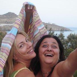 Τα κορίτσια στη Μύκονο: Σμαράγδα Καρύδη & Ελισάβετ Κωνσταντινίδου κάνουν τρελίτσες στο νησί των ανέμων (Φωτό)  - Κυρίως Φωτογραφία - Gallery - Video
