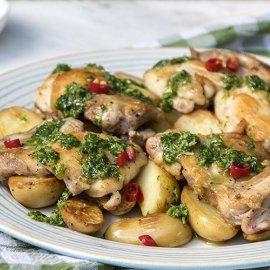 O Άκης Πετρετζίκης μας ετοιμάζει πεντανόστιμα μπουτάκια κοτόπουλου με πατάτες & σάλτσα τσιμιτσούρι - Κυρίως Φωτογραφία - Gallery - Video