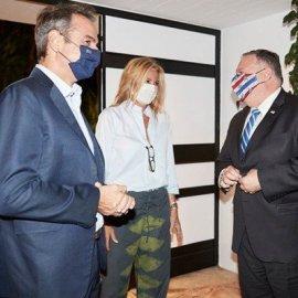 Ο Κυριάκος & η Μαρέβα Μητσοτάκη υποδέχθηκαν το ζεύγος Πομπέο στο σπίτι τους στα Χανιά: Η υπέροχη θέα & το casual σύνολο της συζύγου του Πρωθυπουργού (φωτό - βίντεο) - Κυρίως Φωτογραφία - Gallery - Video