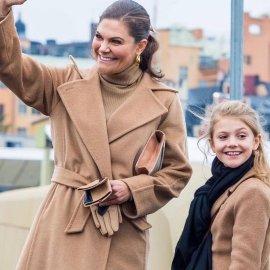 Το chic καμηλό παλτό της Πριγκίπισσας Βικτόρια της Σουηδίας ασορτί με της μικρής κόρης της - Τα ton sur ton γάντια, τα χρυσά σκουλαρίκια (Φωτό & Βίντεο)  - Κυρίως Φωτογραφία - Gallery - Video