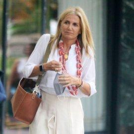 Μαρέβα Μητσοτάκη: Bόλτα με τα αγαπημένα της σανδάλια, κρεμ jupe culotte & κολιές 3 σειρές κανελί - Η τσάντα zeus & dione (φωτο) - Κυρίως Φωτογραφία - Gallery - Video