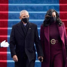 Το μωβ της Χίλαρι Κλίντον & το βυσσινί παλτό της Μισέλ Ομπάμα (φωτο) - Κυρίως Φωτογραφία - Gallery - Video