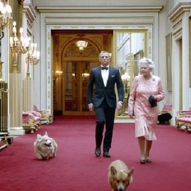 """Δύο πανέμορφα κουταβάκια φτιάχνουν το κέφι της Βασίλισσας Ελισάβετ - """"Χείρα βοηθείας"""" στη δύσκολη περίοδο της κρίσης με τη Μέγκαν & της ασθένειας του Πρίγκιπα Φίλιππου (φώτο) - Κυρίως Φωτογραφία - Gallery - Video"""