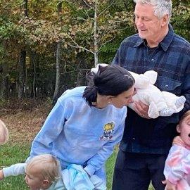 Πατέρας για 7η φορά ο Alec Baldwin: Η γυναίκα του Hilaria αγκαλιά με τα έξι τους παιδιά, ίσα που χωράνε στο κρεβάτι! (φωτό) - Κυρίως Φωτογραφία - Gallery - Video