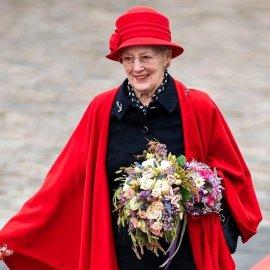 Με πλατύ χαμόγελο & ανοιξιάτικη εμφάνιση η βασίλισσα Mαργαρίτα της Δανίας - Στο βασιλικό γιοτ με κόκκινο μαντό & ασορτί καπέλο (φώτο) - Κυρίως Φωτογραφία - Gallery - Video