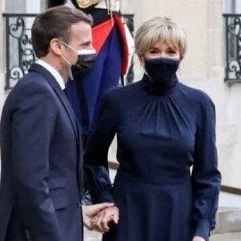 Brigitte Macron: Με bleue - nuit εφαρμοστό midi φόρεμα, ίδιες γόβες, μικρό κότσο και σκουλαρίκια με brilliant (φωτό & βίντεο) - Κυρίως Φωτογραφία - Gallery - Video